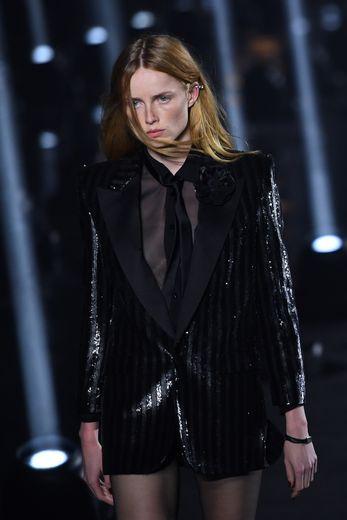 La robe blazer sera l'une des pièces les plus convoitées pour les fêtes de fin d'année. Ici lors du défilé Saint Laurent printemps-été 2020.