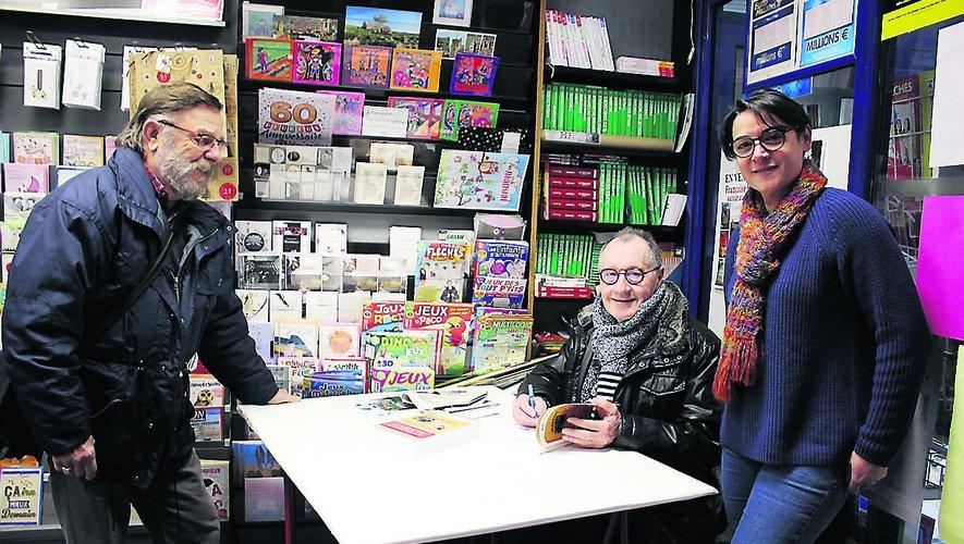 Roger Lajoie-Mazenc lors de la séance de dédicaces à Presse Bulle  avec Francine Bousquet et un lecteur firminois.