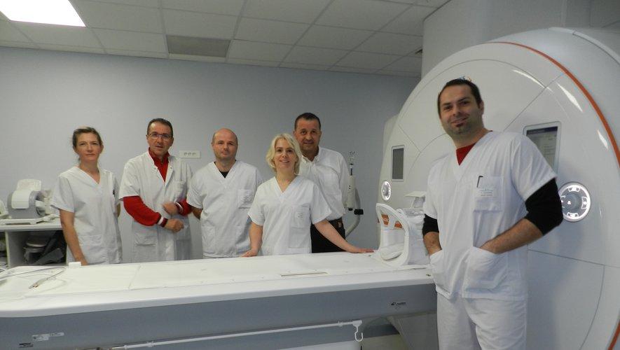 Les deux radiologues avec les manipulateurs en radiologie devant le nouvel équipement d'IRM.