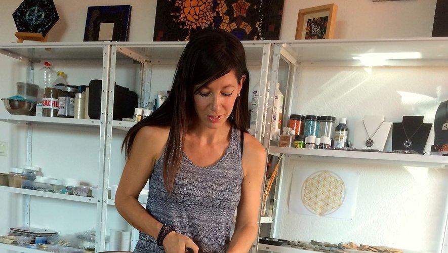 Aurélie Martignac dans son atelier de création.