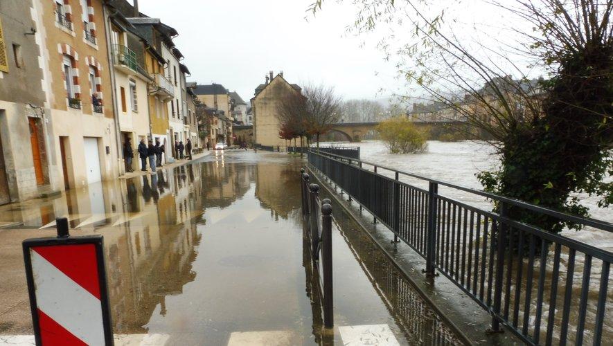 A Espalion, le quartier du Moulin est fermé à la circulation.
