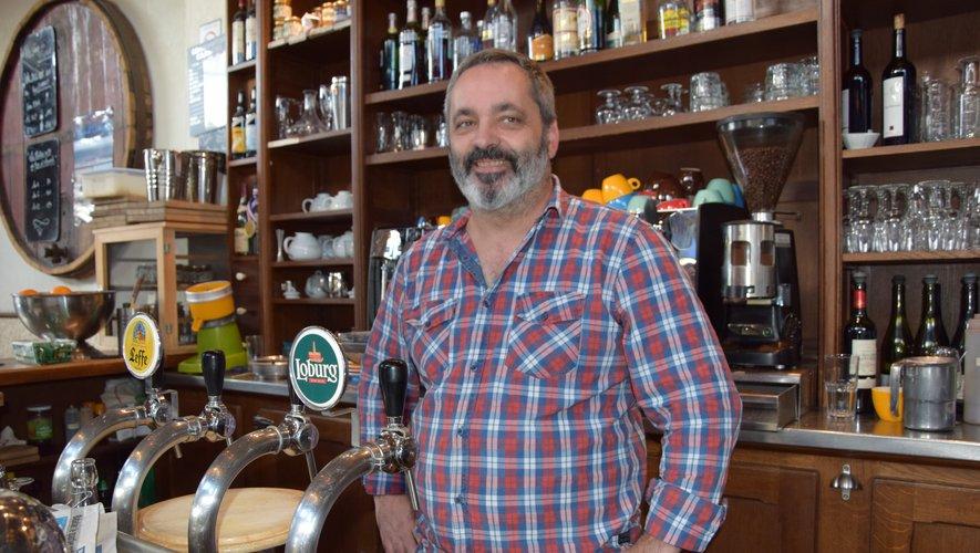 Sourire accroché au visage, le Decazevillois tient le bar des Fourdres, un bistrot de quatier situé à deux pas du cimétière du Père Lachaise.CP