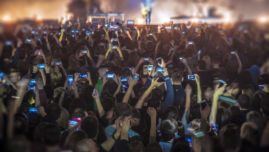 L'objectif est de réduire les distractions des artistes et des spectateurs, d'impliquer le public et d'empêcher les représentations de fuiter sur le web.
