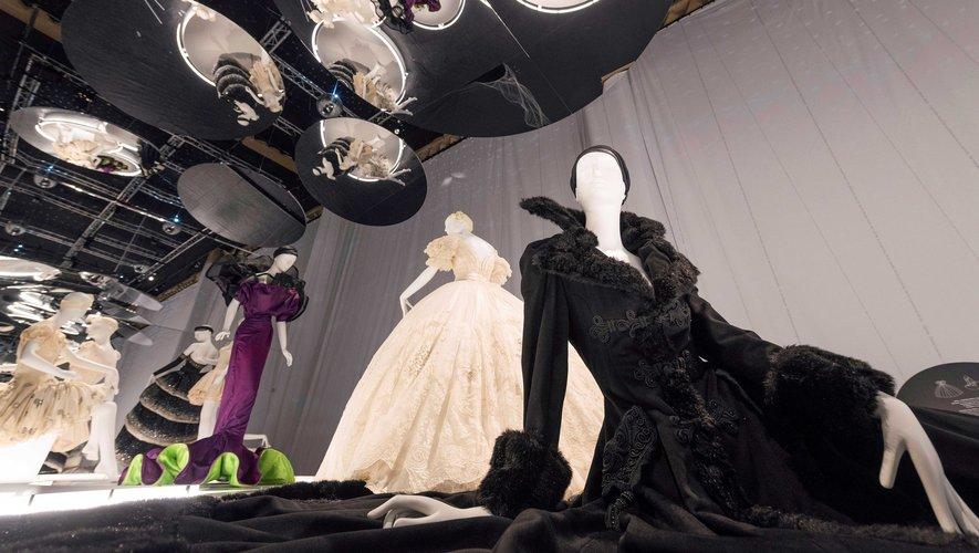 """Costumes de ballet conçus par la designer italienne Gianni Versace et utilisés pour le spectacle """"Sissi l'impératrice anarchiste"""" et portés par la danseuse française Sylvie Guillem"""
