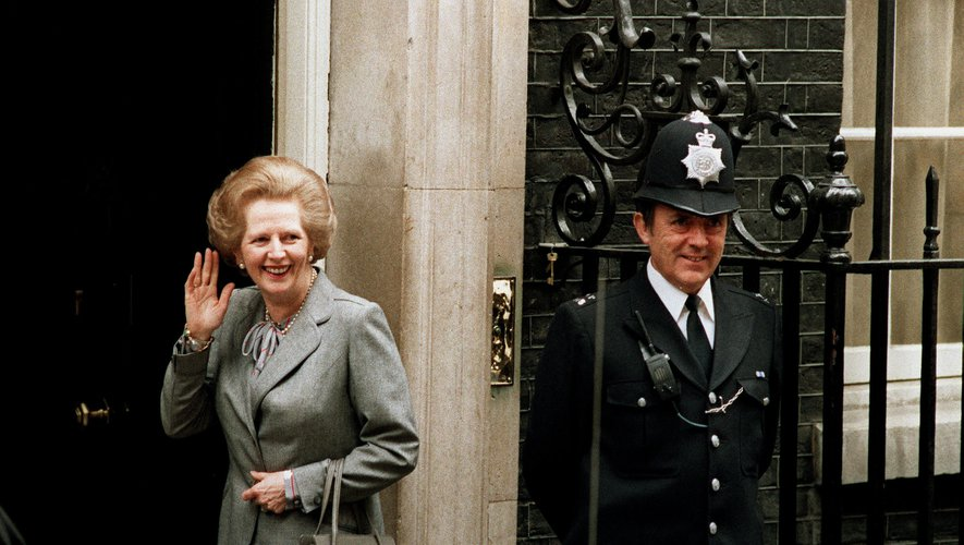 Margaret Thatcher devant le 10 Downing Street avec son sac à main Asprey suite à un entretien avec la Reine en 1987