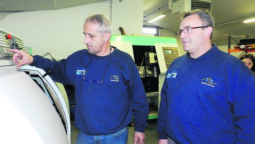 Vincent Garric (à droite) avec son opérateur sur la machineà commande numériquede fabrication de joints.