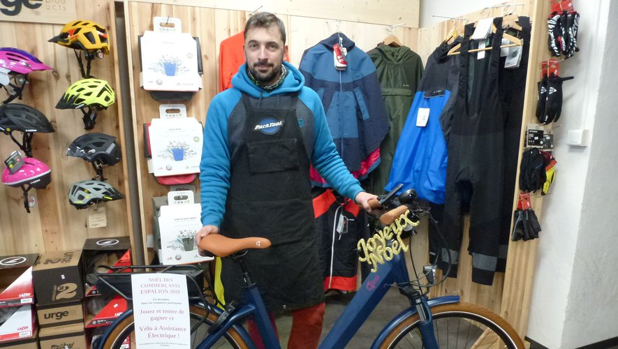 Jean-Philippe Pradeldu magasin Espa e-bike présente le vélo électrique,lot du 11e tirage du jeu« Vos achats remboursés ».
