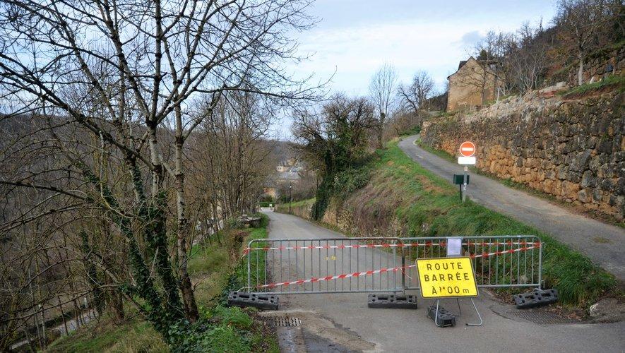 Il n'est pas possible, pour le moment, de circuler sur la route qui assure la liaison entre le centre du village de Salles-la-Source et le haut vers l'école et l'église Saint-Loup. Une déviation est mise en place depuis le pont de Cadoul.