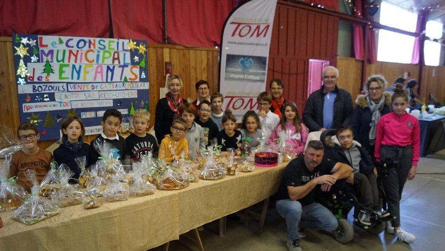 Le maire, les encadrants et les enfants auprès de Tom.
