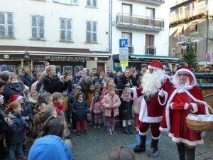 Gros succès pour le père et la mère Noël sur la place du Marché.