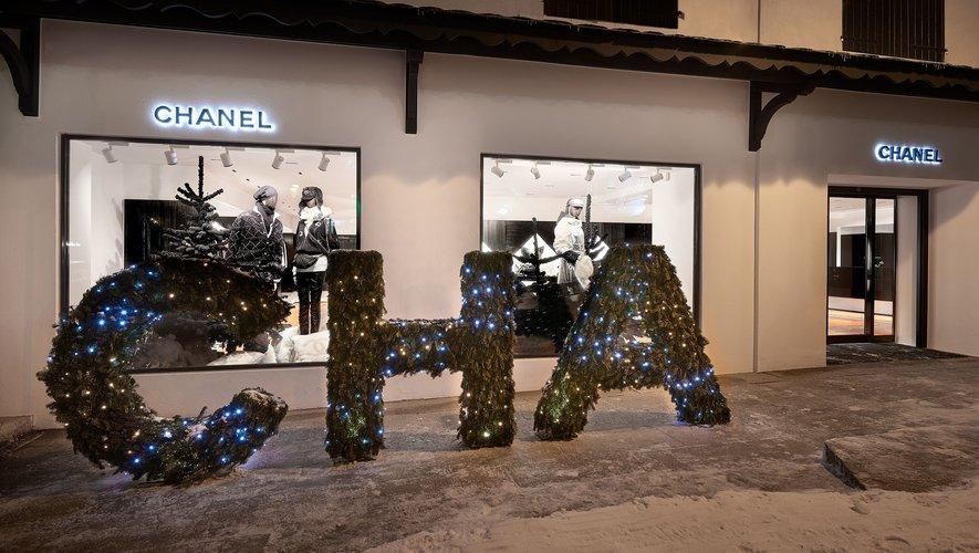 Comme l'an dernier, les lettres de Chanel seront mises en lumière devant la boutique éphémère de Courchevel mais elles apparaîtront cette fois en rouge néon.