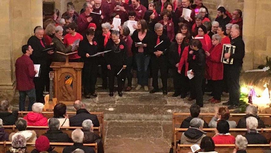 Les chorales dans le cœur de l'église.