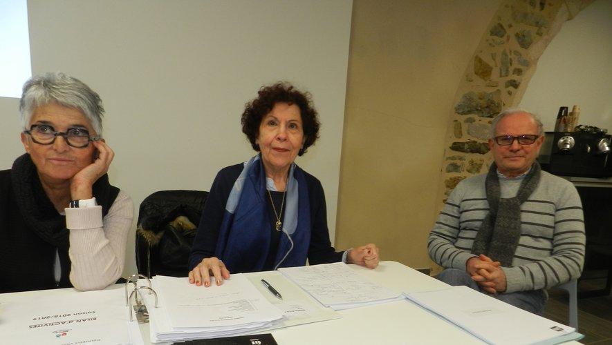 Monique Fréjaville, entourée de Francisco Gomez, co président e n charge du festival, et Betty Orcibal, secrétaire.