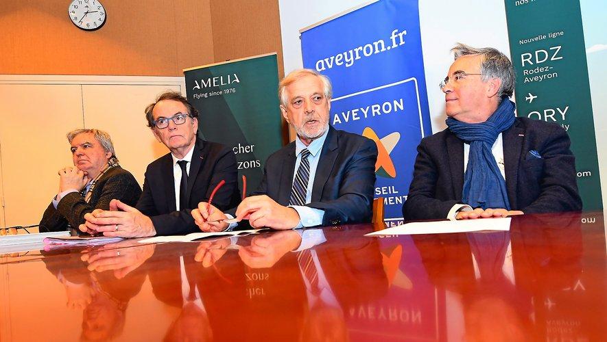 Alain Regourd (2e en partant de la droite), PDG d'Amélia, entouré de  Jean-François Galliard, président du conseil départemental, Christian Teyssèdre, président de l'Agglo de Rodez et de Daniel Segonds,  président de la société d'exploitation de l'aéroport.