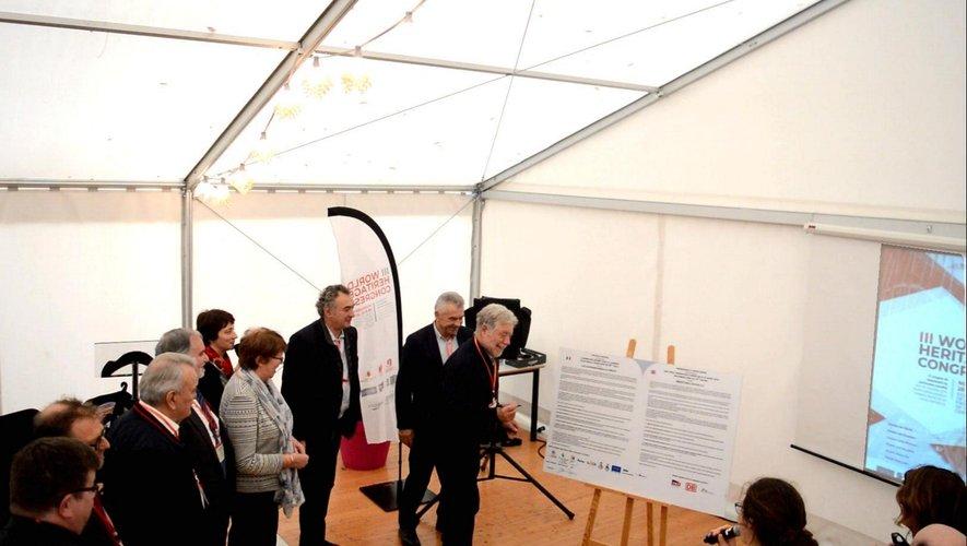 Élus du Pays Ségali, partenaires du projet, autour de Joël Mouysset au congrès des Viaducs, à Moularès.