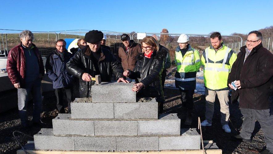 Annie Cazard et Paul Mestre ont posé symboliquement la première pierre de la future usine.