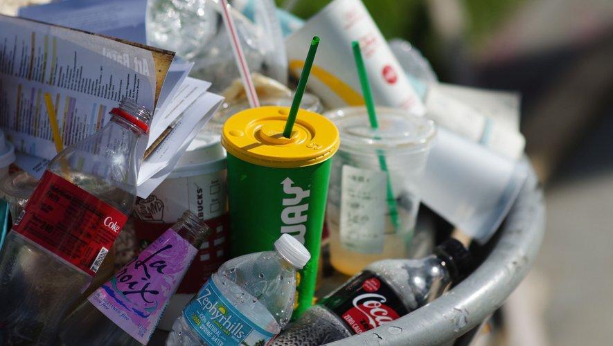 Les fast-food devront servir les repas et boissons dans des contenants réemployables. Et les jouets en plastique seront interdits dans les menus à destination des enfants à partir du 1er janvier 2022.