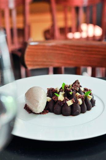 Chocolat kalapaia, compotée de fressinettes, glace aux champignons de Paris et thé lapsang souchong