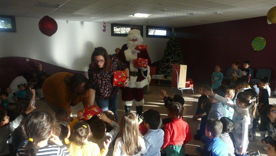 Lors de la distribution, le père Noël était très entouré.