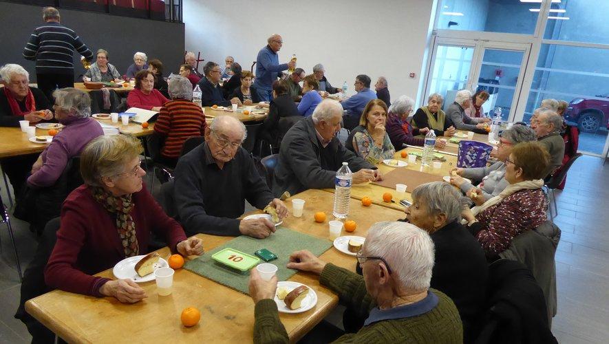 Les aînés se divertissent entre belote et goûter