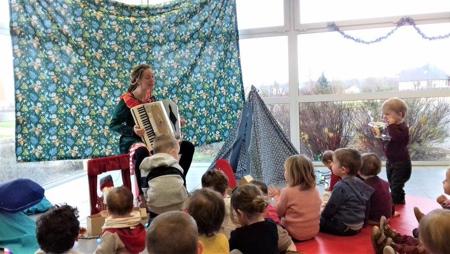 Sandra et les enfants captivés par les histoires et les chansonnettes