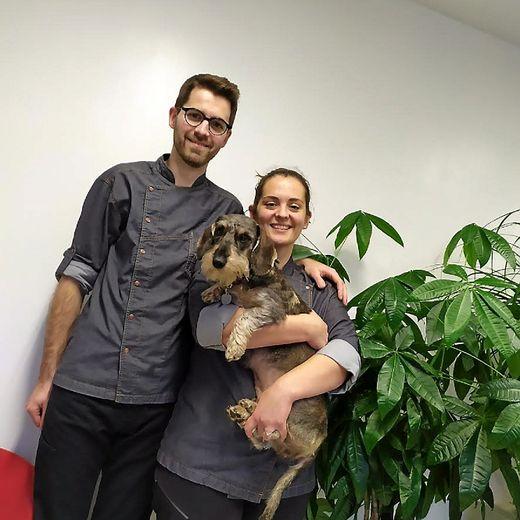 Agnès, Pierre et la petite chienne Ficelle, un trio inséparable.