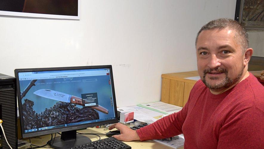 Nicolas Julvé vend la majorité de ses couteaux, Le Liadou du Vallon, grâce à internet. Du coup, il soigne son site.