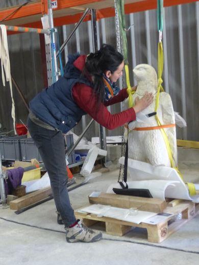 « Colossal ! ». C'est ainsi que Sophie-Jeanne Vidal, conservateur-restaurateur d'œuvres sculptées, dont l'atelier sécurisé de 120 m2 est installé au cœur du hameau de Soulages, à deux pas de Naucelle, qualifie le chantier du musée Narbo Via où elle intervient depuis plusieurs années, en charge de la restauration des collections archéologiques lapidaires. Comme, par exemple, le positionnement et le goujonnage de la tête et le corps de cet aigle.