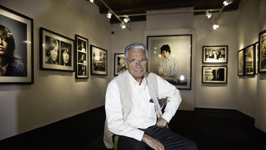 Jean-Marie Perier parmi  ses tirages dans la Maison  de la photo de Villeneuve.