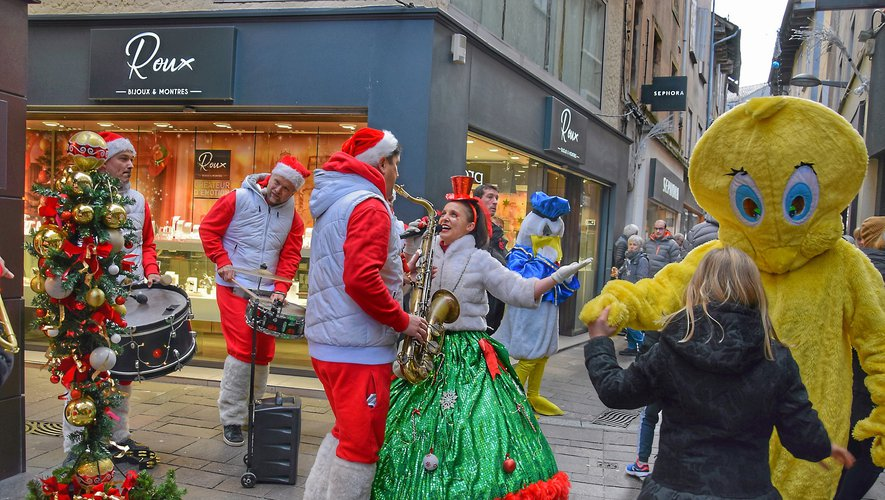 Au programme de ce dimanche : parades de Noël (14 h 30, 16 h, 17 h 30), confection de décorations au pochoir (14 h-18 h) ou en tissu (15 h-17 h), confection de boules de Noël (14 h-17 h),  club photos (15 h-18 h 30), atelier récupération (15 h-18 h)... et bien d'autres surprises !