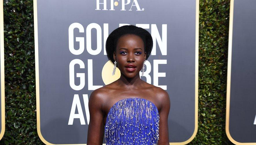 Comme à son habitude, Lupita Nyong'o a fait sensation aux Golden Globes dans cette robe bustier bleue brodée signée Calvin Klein by Appointment. Beverly Hills, le 6 janvier 2019.