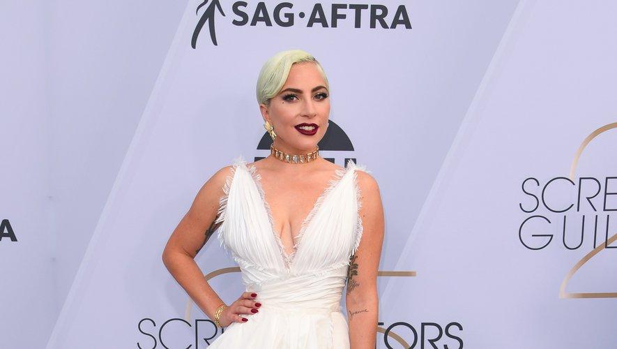 L'extravagante Lady Gaga a opté pour le glamour de cette robe d'un blanc immaculé, décolletée et fendue, signée Dior Couture, pour les Screen Actors Guild Awards. Los Angeles, le 27 janvier 2019.