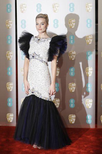 Margot Robbie a fait une arrivée remarquée sur le tapis rouge des BAFTA dans cette robe d'inspiration rétro signée Chanel Couture. Londres, le 10 février 2019.