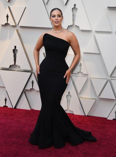 Ashley Graham était sublime dans ce fourreau noir Zac Posen pour la cérémonie des Oscars. Hollywood, le 24 février 2019.