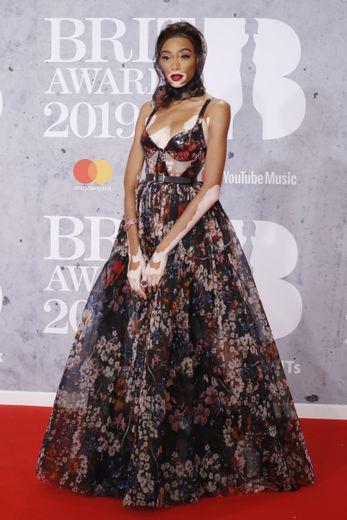 Winnie Harlow s'est amplement démarquée lors des BRIT Awards dans cette longue robe corset entièrement recouverte de fleurs signée Elie Saab. Londres, le 20 février 2019.