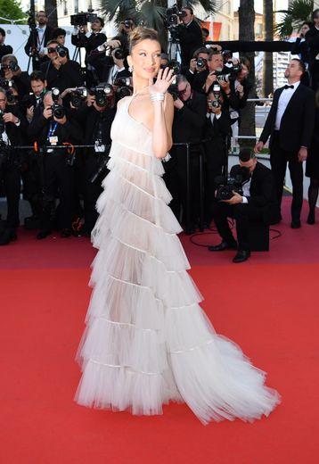 Entre Bella Hadid et Cannes, c'est une désormais belle et longue histoire de mode. La top a fait sensation cette année dans une robe à volants subtilement transparente signée Dior Couture. Cannes, le 16 mai 2019.