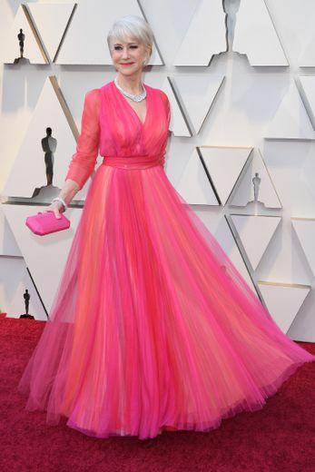Helen Mirren a virevolté sur le tapis rouge des Oscars dans cette robe aux couleurs printanière signée Schiaparelli Haute Couture. Hollywood, le 24 février 2019.