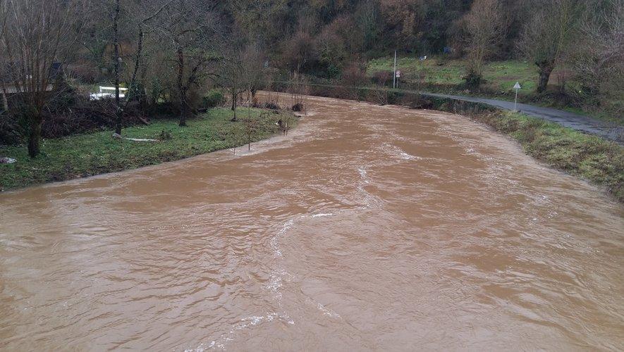 L'Aveyron à la sortie de Layoule n'a pas encore commencé à grignoter les berges.