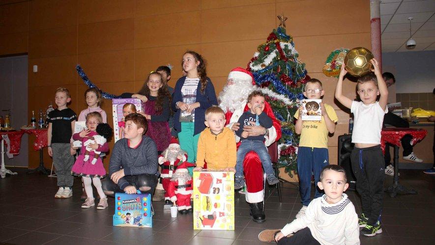 Les enfants du centre de secours ont reçu de beaux cadeaux des mains du père Noël.
