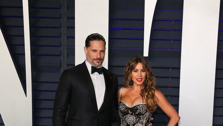 Joe Manganiello a lui aussi opté pour un costume noir, qui s'accorde à merveille avec la robe aux motifs floraux et à franges de Sofia Vergara, pour la soirée Vanity Fair organisée pour les Oscars. Beverly Hills, le 24 février 2019.