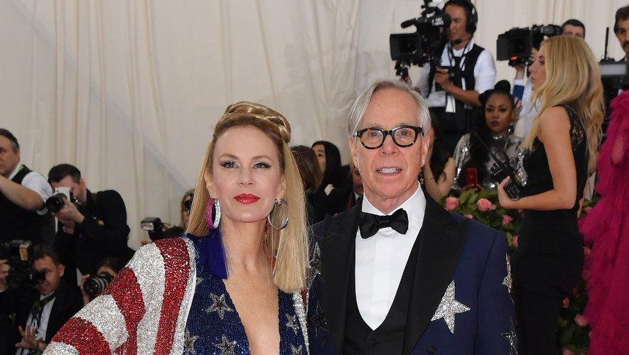 Tommy Hilfiger et sa femme Dee Ocleppo s'y connaissent en mode et ça se voit. Pour le Met Gala, ils ont choisi l'étoile et le bleu comme éléments communs offrant des tenues parfaitement assorties sur le tapis rouge. New York, le 6 mai 2019.