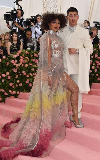 Priyanka Chopra et Nick Jonas ont également fait sensation au Met Gala. L'actrice et chanteuse a foulé le tapis rouge dans une somptueuse robe argentée qui n'est pas sans rappeler la chemise de son mari. New York, le 6 mai 2019.