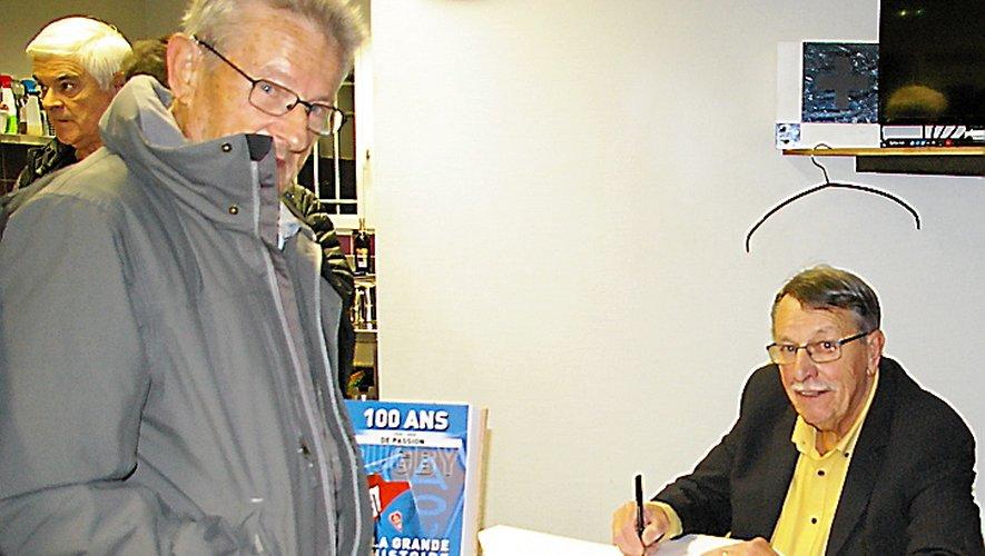 Christian Beaumel a offert une séance de dédicaces samedi au club house de l'AOV.