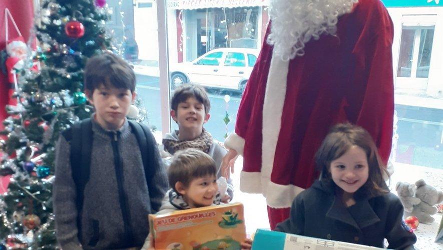 Les enfants ont reçuleurs cadeaux.