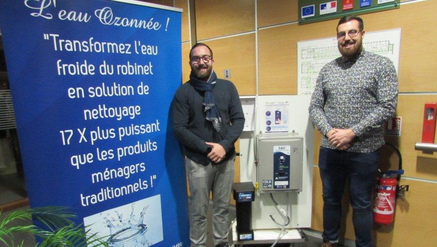 Bastien Palazy et Julien Adam aux côtés de leur Lotus Pro.