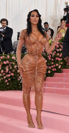 On le sait, Kim Kardashian ne fait jamais les choses à moitié. En témoigne cette robe effet seconde peau au décolleté vertigineux signée Manfred Thierry Mugler portée au Met Gala. New York, le 6 mai 2019.