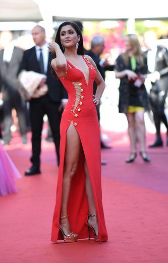 Pour le Festival de Cannes, Praya Lundberg a choisi la sensualité de cette robe ouverte sur le côté et attachée à l'aide d'épingles à nourrice, signée Versace. Cannes, le 16 mai 2019.