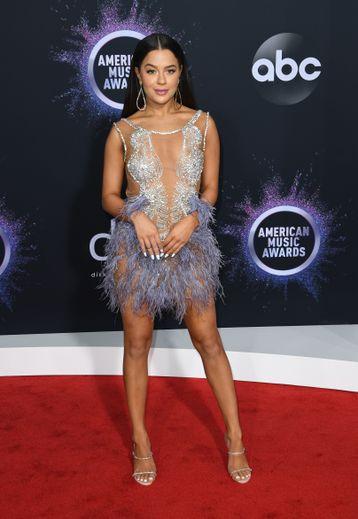 De la transparence, des détails scintillants, et des plumes, Tessa Brooks a trouvé la combinaison gagnante pour un look chic et sexy aux American Music Awards. Los Angeles, le 24 novembre 2019.