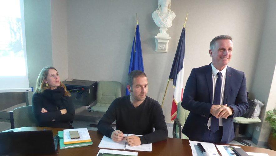 Le maire Jean-Philippe Sadoul, Maud Joalland et Sébastien Vernier qui ont animé cette réunion publique.