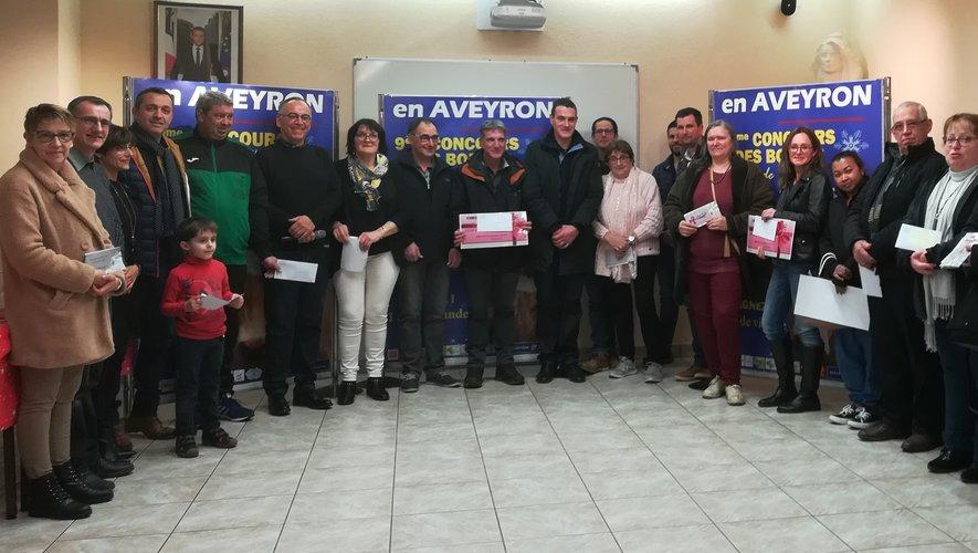 Les gagnants entourent les membres de l'association du Marché aux Bestiaux, le directeur du marché, les présidents de l'Ucal et le Maire de Laissac - Sévérac-l'Église.